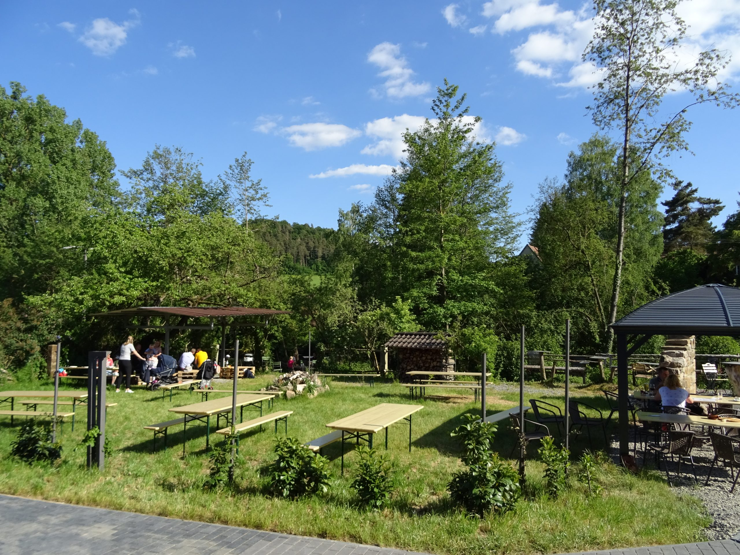 Ur-Pavillon mit Eventwiese und Feuerstelle